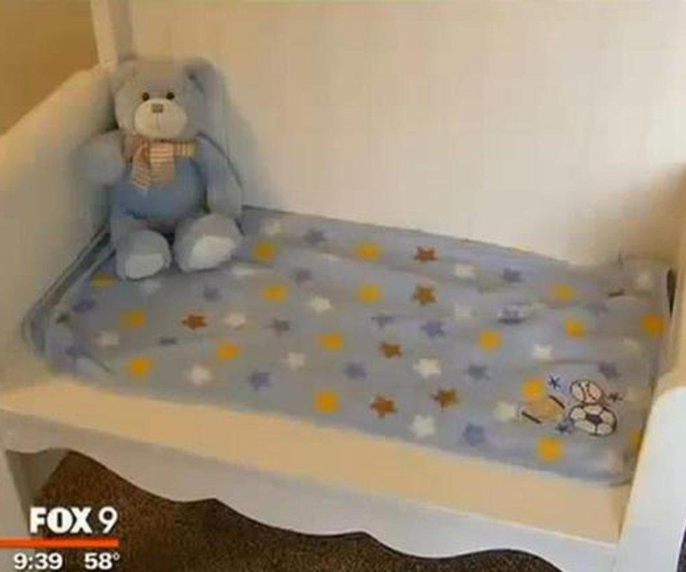 Umgebautes Babybett tröstet Mutter nach Verlust ihres Kindes