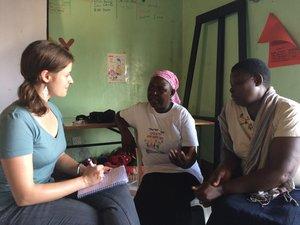 Ruth Asan interviewt afrikanische Frauen (c) Ruby Cup