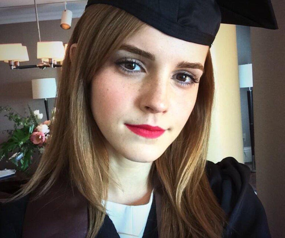 Emma Watson steckt ihren Uni-Abschluss in die Tasche