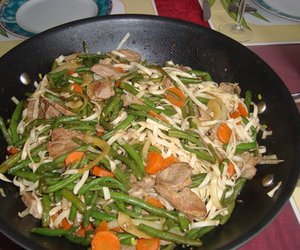 Schweinefleisch mit Gemüse und Nudeln