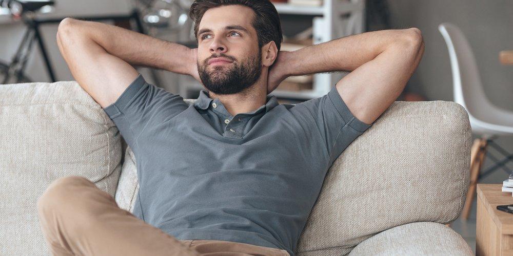 Was machen Männer eigentlich, wenn sie alleine zu Hause sind? Nur Pornos gucken und Playsi spielen? Weit gefehlt! 10 Männer beichten, was sie heimlich tun.