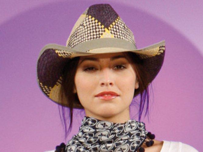 Model mit Cowboyhut in gelb-braunen Rauten von C&A.