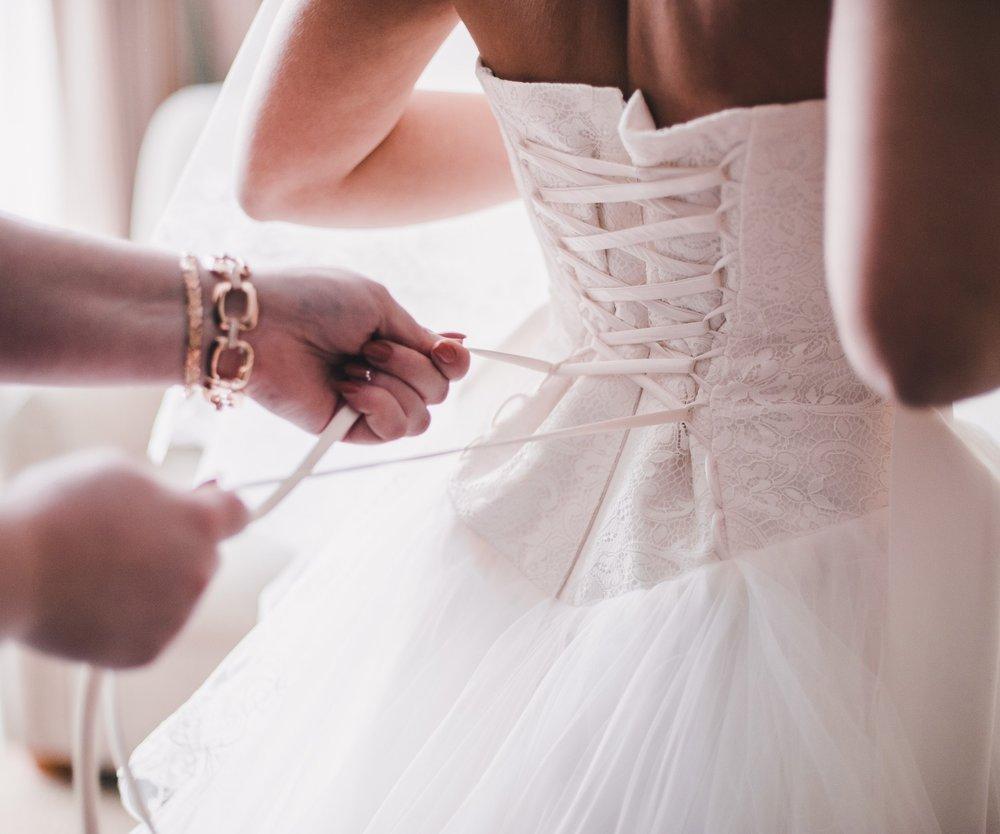 Im Brautkleid die Toilette aufzusuchen ist gar nicht mal so leicht.