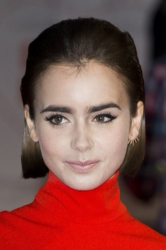 Lily Collins: Short Bob im Sleek Look