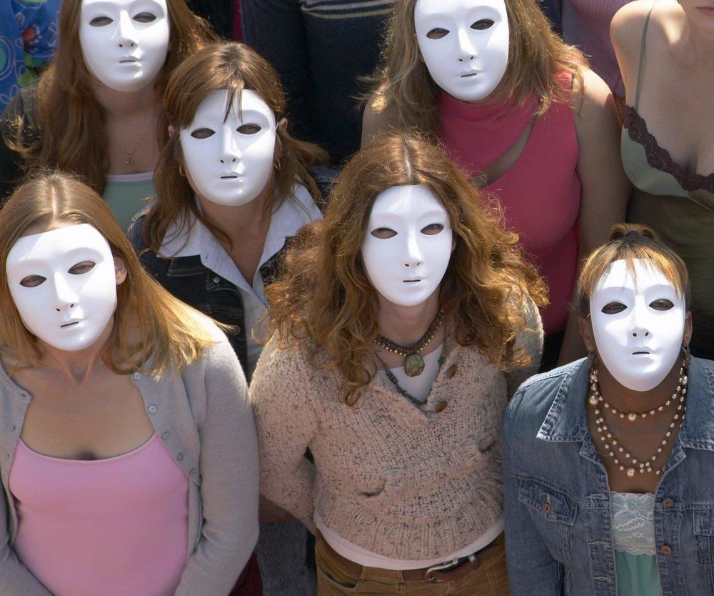 Frauen werden in Thailand mit Masken behandelt.