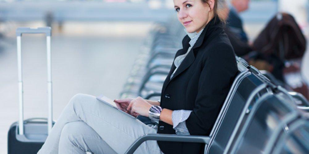 Frau wartet auf ihren Flug