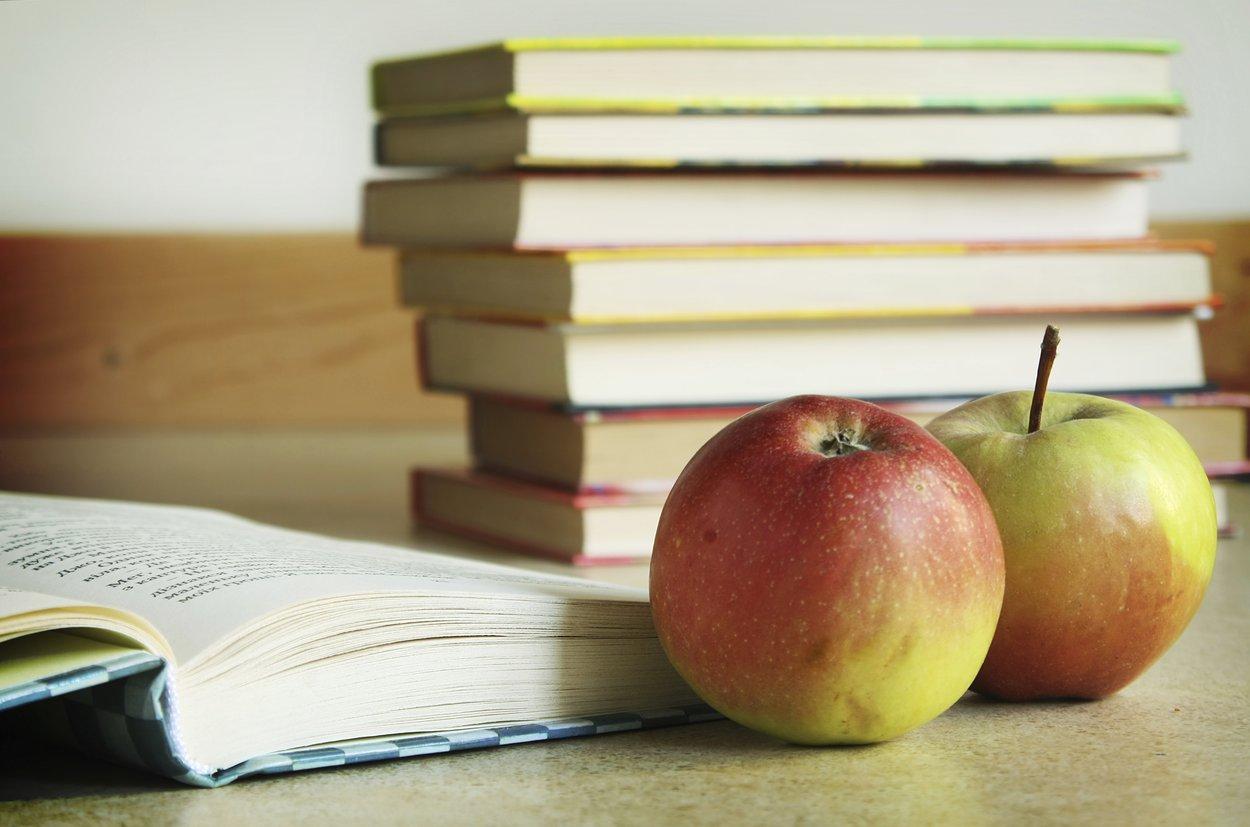 Äpfel und Schulbücher
