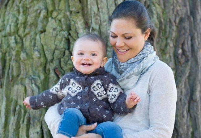 Die kleine Estelle strahlt mit ihrer Mama Victoria um die Wette.