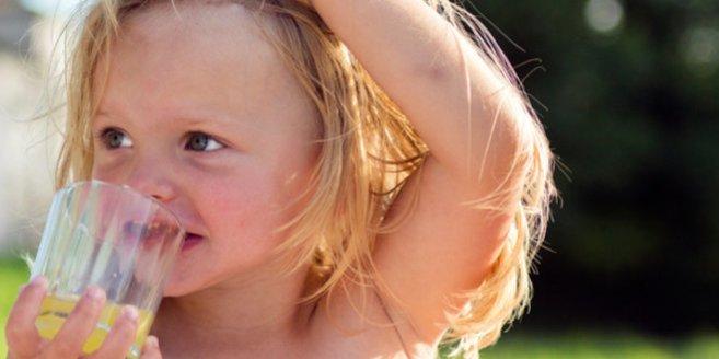 Vergiftungen bei Kleinkindern: Kind trinkt gelbe Flüssigkeit