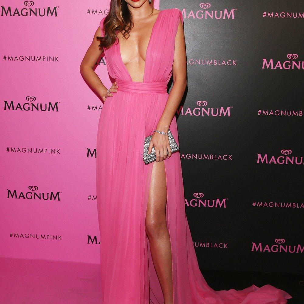 Miranda Kerr zeigt sich nackt mit Reebok-Sneakers
