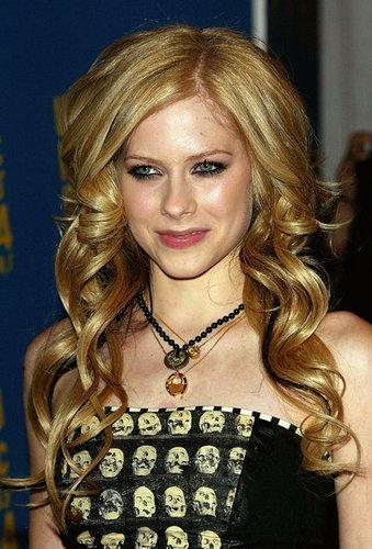 Avril Lavigne mit langen, blonden Locken