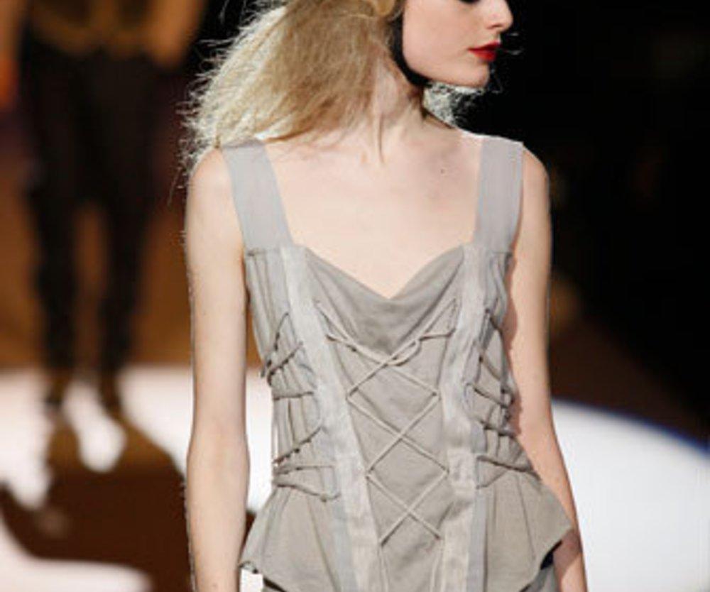 Auf der Show von Diesel Black Gold auf der Mercedes Benz Fashion Week Herbst Winter 2009 trägt das Model eine helle geschnürte Corsage und Jeans