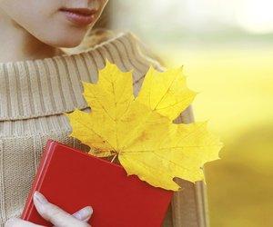 Frau mit Taschenkalender