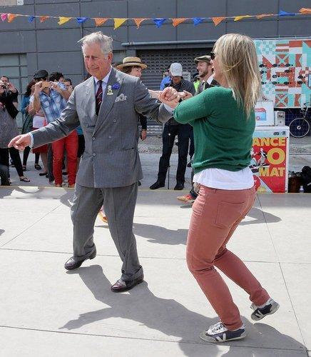 Prinz Charles tanzt mit einer Frau