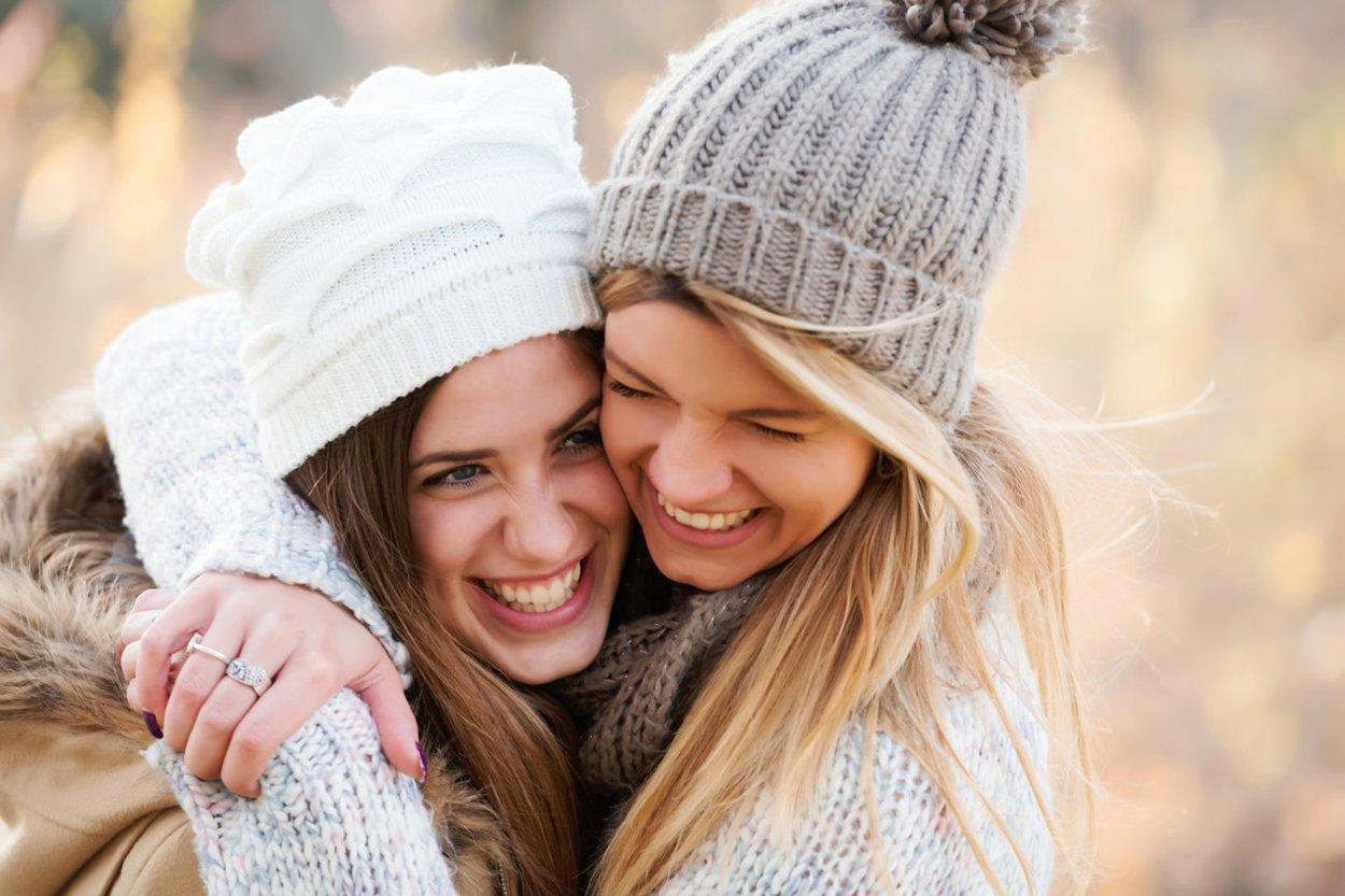 Beste Freundinnen umarmen sich