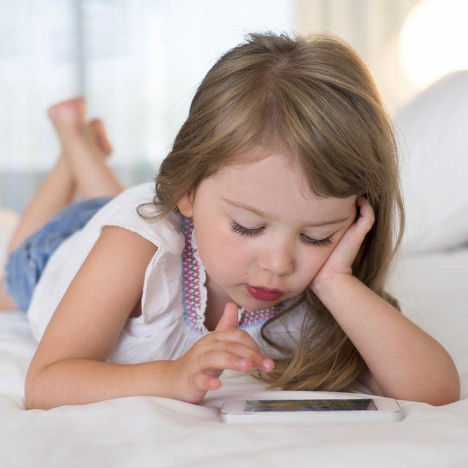 Genau wie Erwachsene sollten auch Kinder einige Regeln bei der Smartphonenutzung beachten.