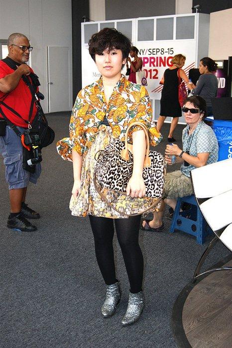 Diese Lady trägt Kleid, Bluse und Tasche in wilden Mustern.
