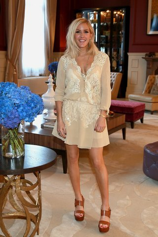 Ellie Goulding in einem hellen, fließenden Kleid mit Spitze