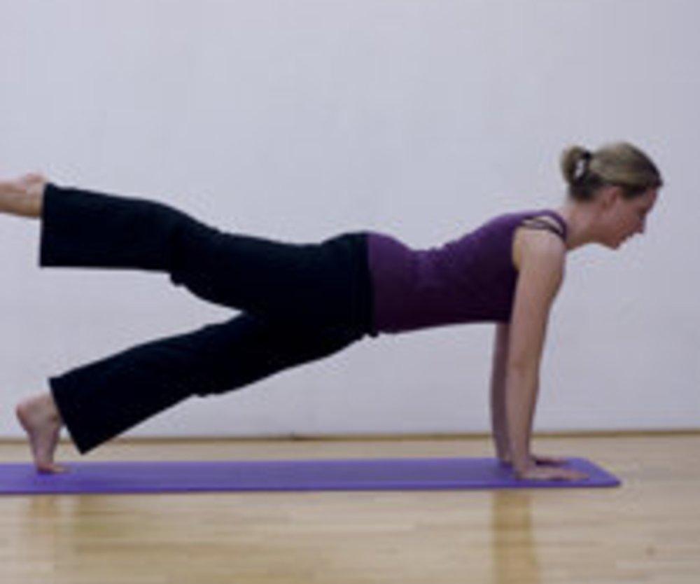 Leg Pull Front: trainiert gezielt den Po und strafft die Oberarme