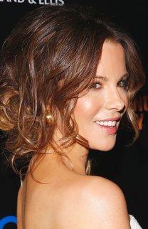 Kate Beckinsale mit lockigem Chignon