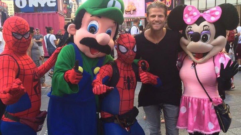 Paul Janke amüsiert sich mit Spider-Man und Minnie Maus