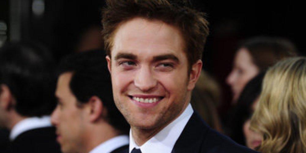 Robert Pattinson grinst auf der Verleihung der Golden Globes