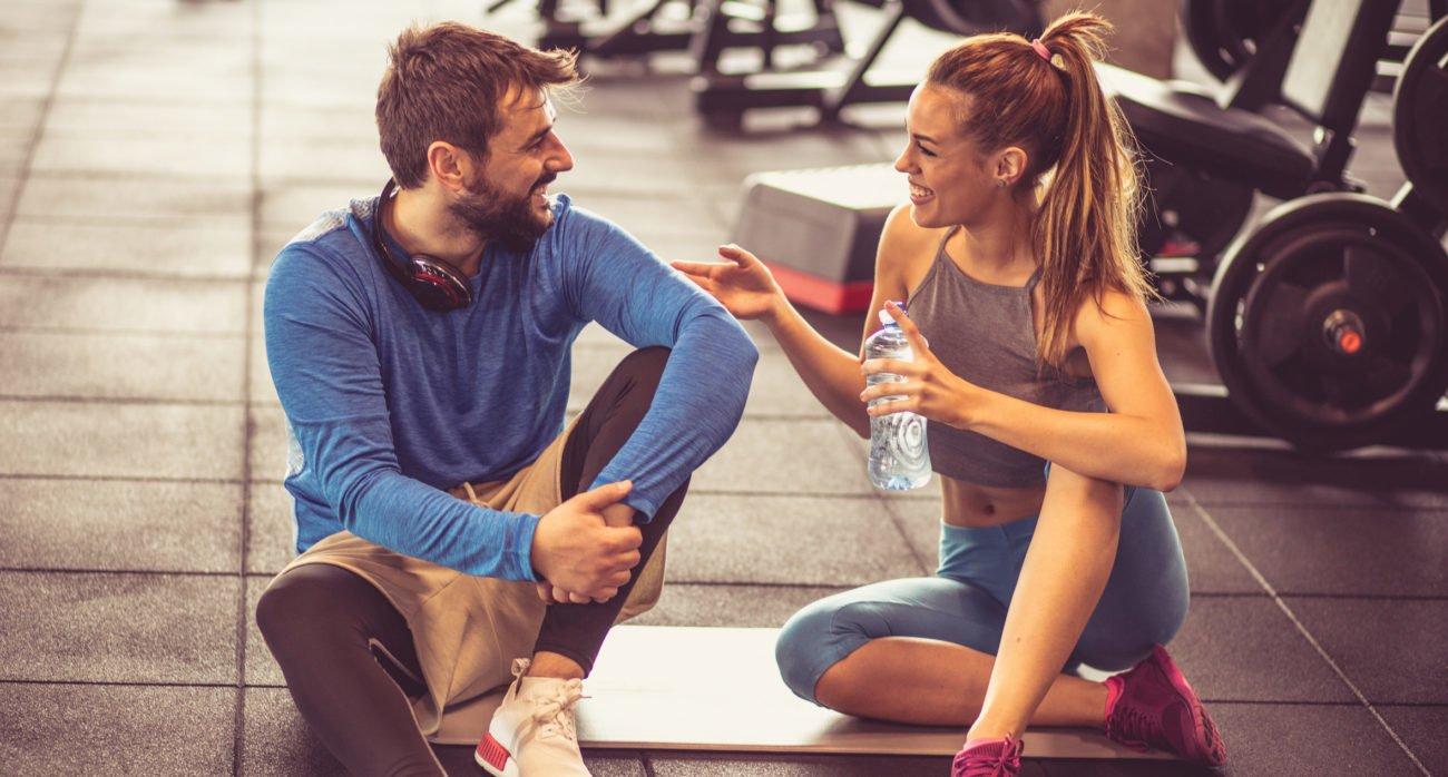 Mann und Frau im Fitnessstudio