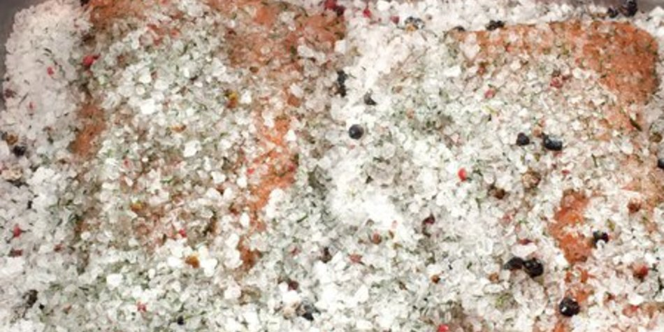 Lachsforelle in Salzkruste