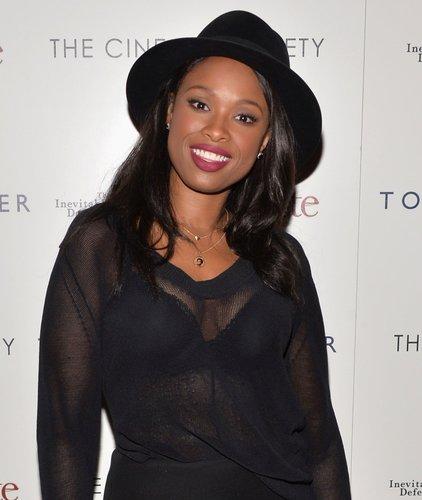 Jennifer Hudson: Wellige Haare mit schwarzem Hut