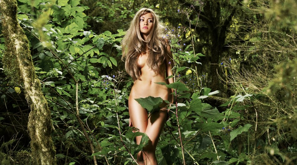 Wald nackt Frau