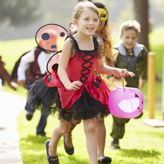 Kinder in Halloween Kostümen