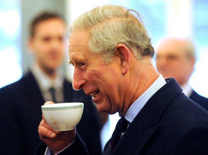 Prinz Charles mit Tee
