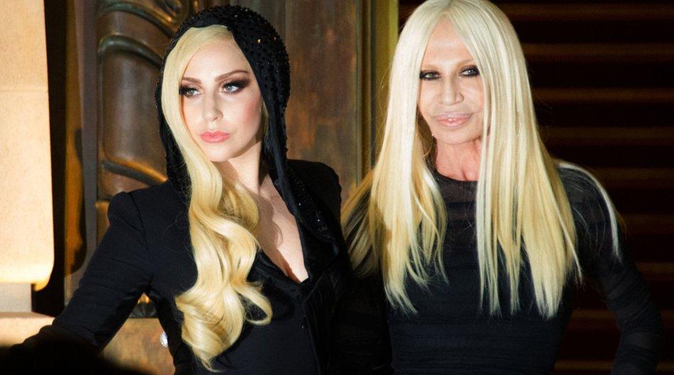 Ganz in schwarz: Lady Gaga und Donatella Versace beim Auftakt der Pariser Fashion Week.