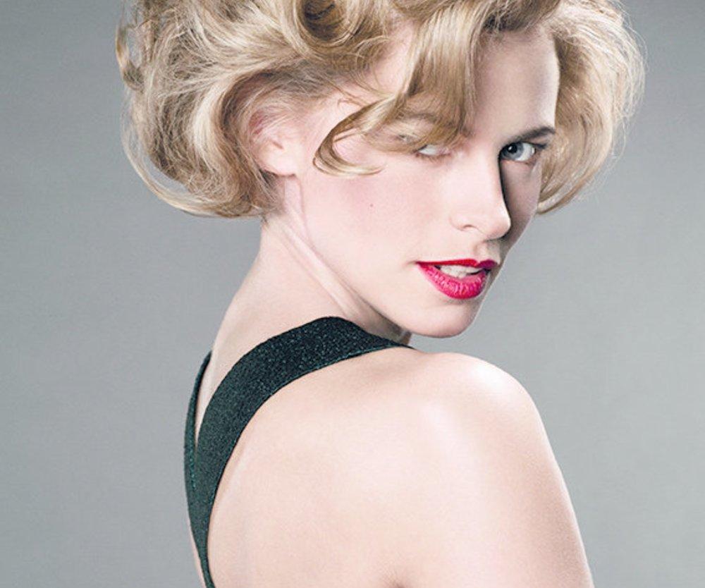 Blonde Rockabilly-Frisur mit Wellen