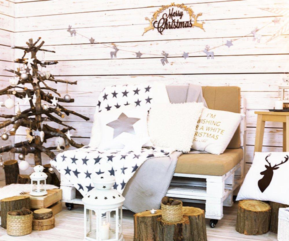 Weihnachtlich dekoriertes Zimmer mit Tannenbaum