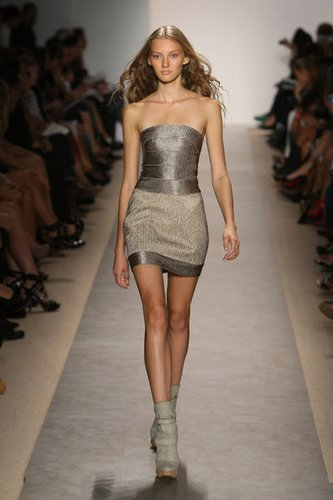 Bustierkleid von Max Azria by Hervé Léger auf der Fashion Week New York