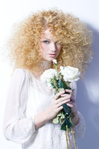 Schulterlange Locken in blond