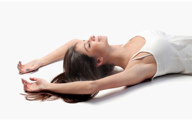 Eine Frau bei Entspannungsübungen