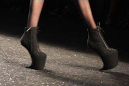 Schwarze Schuhe in Krallenform von Olivier Theyskens für Nina Ricci auf der Fashion Week Paris