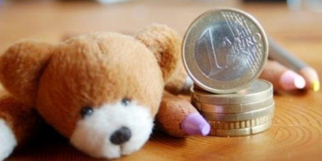 Geld zwischen Bundstiften und Teddy