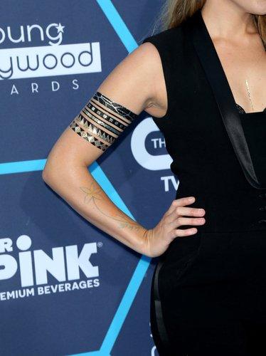 Colbie Caillat mit Flash Tattoo auf dem Red Carpet