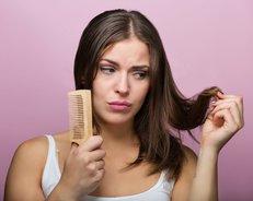 Frau kämmt Haare