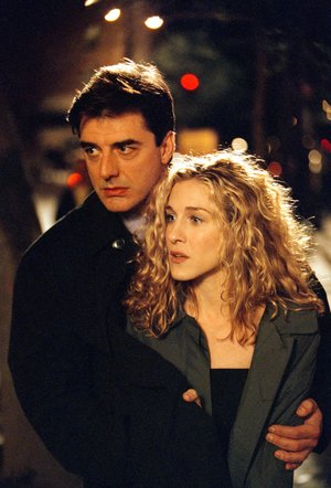 """402175 07: (EDITORIAL USE ONLY, COPYRIGHT HBO) Actors Sarah Jessica Parker and Chris Noth on the set of """"Sex and the City"""". (Photo by HBO/Getty Images)"""