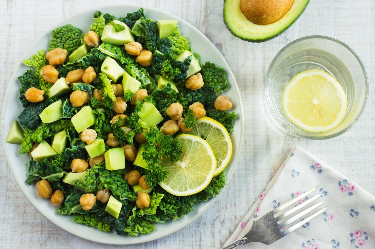 Wirsingkohlsalat mit Avocado und Kichererbsen