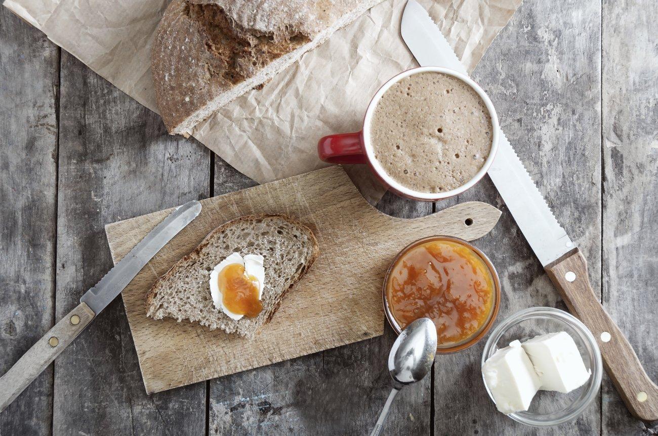 Frühstück mit Brot, Kaffee und Marmelade