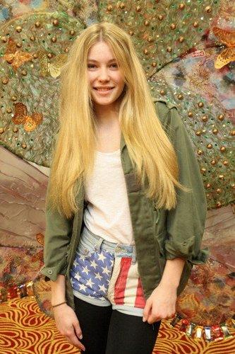 Amelie Klever in einem Parker und Print-Jeans