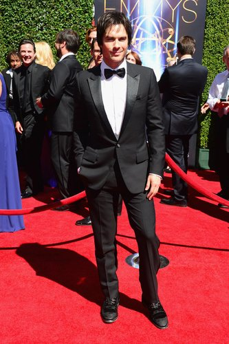 Ian Somerhalder steht auf dem roten Teppich der Emmy's