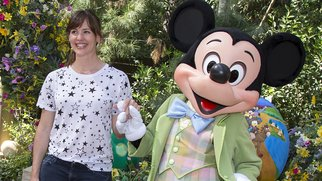 ANAHEIM, CA - APRIL 02: In this handout photo provided by Disney Parks, actress Jennifer Garner poses with Mickey Mouse at Springtime Roundup at Disneyland Park April 2, 2015 in Anaheim, California. Springtime Roundup continues daily through April 7 and on weekends until June 7. (Photo by Paul Hiffmeyer/Disney Parks via Getty Images)