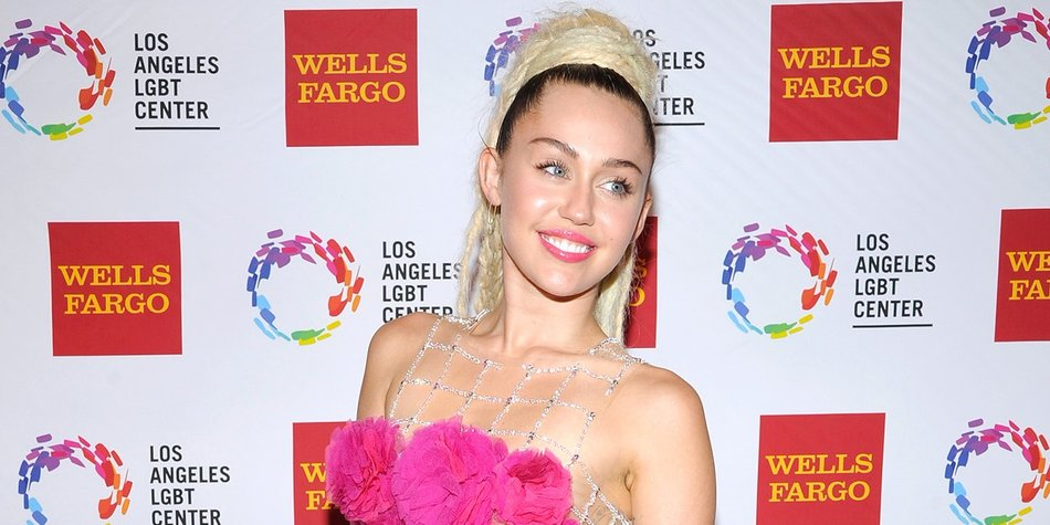 CENTURY CITY, CA - NOVEMBER 07: Honoree Miley Cyrus arrives at the Los Angeles LGBT Center 46th Anniversary Gala Vanguard Awards at the Hyatt Regency Century Plaza on November 7, 2015 in Century City, California. (Photo by John Sciulli/Getty Images for Los Angeles LGBT Center)