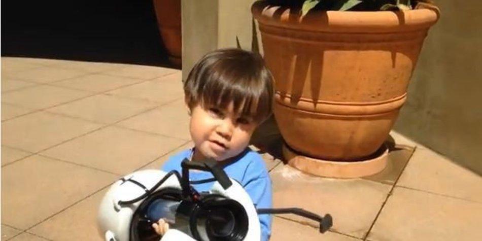 Vater macht Sohn in Viral Video zum Action-Helden